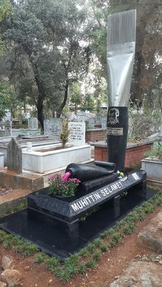Unusual gravestone at Cemetery in Antalya, Turkey ~. Cemetery Monuments, Cemetery Statues, Cemetery Headstones, Cemetery Art, Tombstone Epitaphs, Unusual Headstones, The Last Laugh, Funeral Planning, Famous Graves