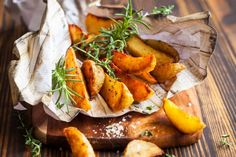 10 Tasty Ways to Tempt Your Family to Eat More Vegetables - Roasted potato wedges Vegan Appetizers, Vegan Snacks, Tasty Potato Recipes, Sweet Potato Oven, Bacon Chips, Bacon Seasoning, Parmesan, Roasted Potato Wedges, Rosemary Potatoes