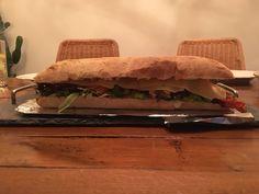Lekker en snel klaar deze super sandwich met kip kaas en bacon. mayonnaise chilisaus en ijsbergsla en heel veel bosui en tomaat net een burger