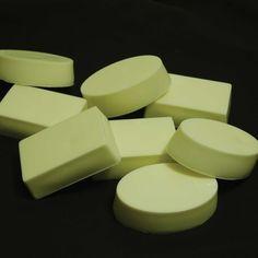Cette recette du savon de base pour procédé à froid vous permet d'ajouter votre huile essentielle préférée ainsi que le colorant que vous souhaitez. Diy Savon, Savon Soap, Diy Spa, Tips Belleza, Handmade Soaps, Bath Salts, Bar Soap, Soap Making, Deodorant