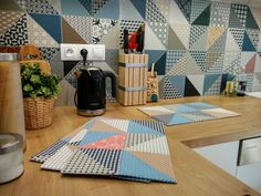 Prostírání s moderním patchworkovým retro vzorem inspirovaným designem dlaždic Rako DECO.