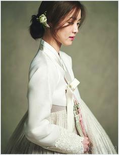 가을을 닮은 우아한 멋, 비단향 Korean Traditional Dress, Traditional Fashion, Traditional Outfits, Oriental Fashion, Ethnic Fashion, Asian Fashion, Korean Dress, Korean Outfits, Modern Hanbok
