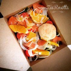Friday detox con un'insalatina fresca fresca a base di spinaci, salmone affumicato, arancia e finocchi. Propedeutica alle grandi manovre culinarie di Pasqua. Buongiornissimo da Zia Rosetta light — presso Zia Rosetta.