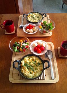STAUB スキレット16センチ。リゾットやパエリア、グラタンに。そのまま食卓に出せる。 Healthy Breakfast Recipes, Healthy Eating, Cafeteria Food, Breakfast Lunch Dinner, Food Goals, Cafe Food, Morning Food, Aesthetic Food, Food Presentation