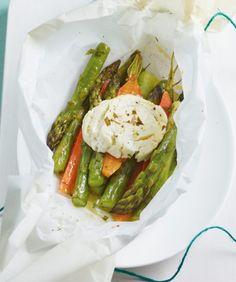Spargelpäckchen///Überbackenes Gemüse mit Ziegenkäse begeistert als Hauptgang für zwei oder als Vorspeise für vier.
