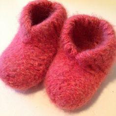 Design av Dalkær: De virkelig varme semskede skoene - for barn og babyer - Hello Knitting For Charity, Knitting For Kids, Knitting For Beginners, Baby Knitting Patterns, Free Knitting, Baby Design, Felt Baby Shoes, Baby Barn, Knitted Baby Clothes