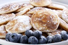 Dutch mini pancakes, or poffertjes, and fresh blueberries sprinkled with powdered sugar. Poffertjes, Pancake Bites, Eat Happy, Pancakes And Waffles, Dutch Pancakes, Blueberry Pancakes, Cooking Recipes, Healthy Recipes, Slow Food