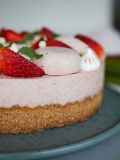 Rabarber- och jordgubbstårta med mandelbotten   Brinken bakar