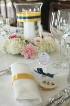 Elegancka dekoracja stołów gości weselnych z pastelowymi wiankami i świecami