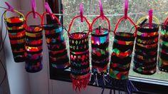 Lampion: vliegerpapier in stukjes verdeeld in een lamineervel. Lamineren. Uit een zwart vel stroken knippen met verschillende patronen en die met ruimte ertussen op het gekleurde lamineervel plakken. Als er rafiasliertjes onderaan moeten, dan eerst onder de perforator doen.