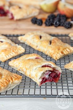 Delicious blackberry and apple parcels. These little puff pastry parcels, filled with apples and blackberries are perfect for an afternoon cooking with kids. Kids Cooking Party, Cooking With Kids, Cooking School, Biscuits, Blackberry Recipes, Blackberry And Apple Pie, Sweet Pastries, Thing 1, Calories