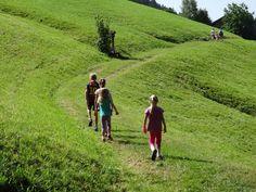Die Kinderwochen im WohlfühlHotel Schiestl: Es ging zum Minigolf, Klettern, Edelsteine waschen, in die Sennerei, zum Schaubauernhof, zum Wassererlebnisweg Hochfügen, in Juppis Zauberwald (im Moor), zum Barfußweg und Wasserspielplatz Spieljoch und zum Murmeltierland bei der Zillertaler Höhenstraße.  Danke auch unserem Kai für den tollen Einsatz! Kai und wir alle freuen sich schon wieder riesig auf die nächste Kinderwoche im WohlfühlHotel Schiestl.