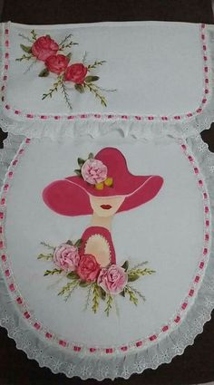 Pintura Flower Embroidery Designs, Hand Embroidery Stitches, Ribbon Embroidery, Embroidery Patterns, Bathroom Crafts, Bathroom Sets, Red Hat Ladies, Crochet Carpet, Towel Crafts