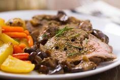 Rôti de boeuf Français à la mijoteuse - Mon Epicer Bio Roast Beef Recipes, Slow Cooker Recipes, Cooking Recipes, Roast Beef Dinner, Pot Roast, Gourmet Dinner Recipes, Delicious Recipes, Dump Meals, Dinner Menu