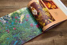 Remu-koira on kuvakirjan sivulla metsässä.