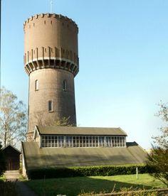 De oude watertoren is gemaakt door Jan Schotel in het jaar 1947-1948. Het gebouw spreekt mij aan omdat het er erg goed uit ziet voor een gebouw wat als hoofdreden water opslag heeft en niet om er mooi uit te zien, ook vind ik de uitstekende steunbalken een mooi diepte effect geven.