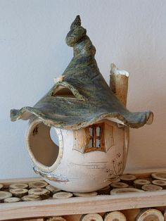 I offer you here a HANDGETÖPFERTES bird house. The height is 36 cm. The diameter is 25 cm. The bird house is made up of two parts: roof and body. The bird house is weather and freezing and can stand outdoors all year round. It is unique and was created Clay Houses, Ceramic Houses, Ceramic Birds, Ceramic Pottery, Ceramic Art, Slab Pottery, Clay Birds, Thrown Pottery, Garden Deco