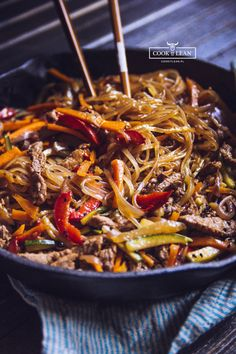 Chow mein z makaronem ryżowym - Cook it Lean - sprawdzone paleo przepisy Chow Mein, China Food, Asian Recipes, Asian Foods, Love Food, Dinner Recipes, Clean Eating, Food Photography, Cooking Recipes
