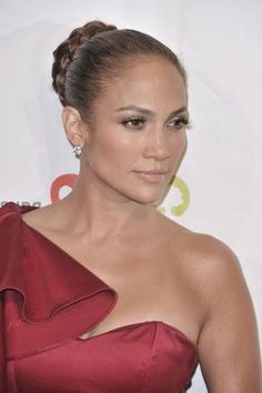Jennifer Lopez is also a huge fan of dressing up her hair in buns and ponytails. In fact, she sports both quite often and in a variety of styles too. Jennifer Lopez, Ballerina Bun, Bridal Bun, Dressing, Wedding Looks, Natural Looks, Hair Art, Insta Makeup, New Hair