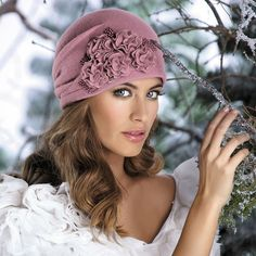 View Instagram photo by willi.romania Din nou in stoc: caciula eleganta Arcadia 100% Lana pura merinos (The Woolmark – pure new wool) 🐑 Culori disponibile: lila prafuit si bej Comenzi online: www.willi.ro #beret #caciula #căciulă #palarie #pălărie #👒#toamnă #octombrie  #toamna #bucuresti #williromania #williro - Instahu.net Fleece Hats, Mad Hatter Hats, Warm Winter Hats, Kentucky Derby Hats, Fascinator Hats, Victorian Fashion, Hats For Women, Beret, Hair Bows