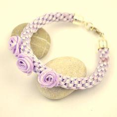 Flettet armbånd i lilla med roser http://epla.no/shops/dsignlauw/