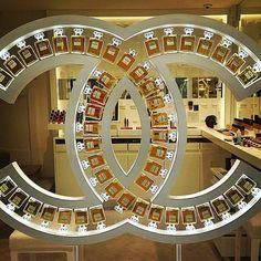 Resultado de imagen de chanel window displays perfume