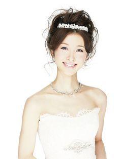 花嫁のヘアといってまず思い浮かべるのがティアラですが、種類もたくさん。なりたいイメージや顔立ち、スタイルに合わせて選んで。 >...