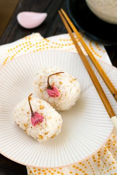 Representing the elegance of the changing season with trees in full bloom, these Cherry Blossom Rice Balls are a perfect dish to bring to a spring picnic! Sushi Recipes, Gourmet Recipes, Appetizer Recipes, Dessert Recipes, Potluck Recipes, Summer Recipes, Asian Recipes, Easy Japanese Recipes, Japanese Dishes