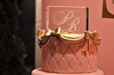 O topo de bolo de cristal 2D com gravação a laser do monograma dos noivos é uma excelente opção para quem quer fugir dos tradicionais noivinhos de biscuit. Isso sem contar que ser utilizado posteriormente na decoração em casa como uma memorável recordação do dia do casamento.