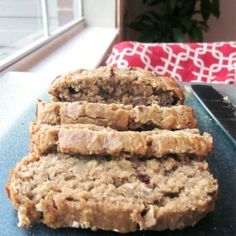 Oatmeal Peanut Butter Banana Bread: use honey instead of sugar, use unsweetened applesauce instead of oil and make sure dark morsel chocolate chips. Made as muffins and added for extra peanut butter flavor Healthy Treats, Yummy Treats, Delicious Desserts, Dessert Recipes, Yummy Food, Healthy Baking, Dinner Recipes, Peanut Butter Banana Bread, Unsweetened Applesauce