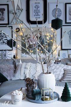 zweige-mit-christbaumanhaengern-als-weihnachtsdeko