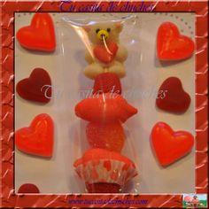 Brocheta de chuches Osito amoroso, perfecta para regalar en aniversarios, bodas y días especiales. Opción: topper/etiqueta personalizada Encuéntralas en www.tucasitadechuches.com