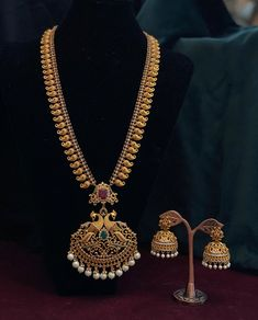Check out this pretty peacock haram necklace set by the brand Vrddhi UK. Gold Temple Jewellery, Real Gold Jewelry, Gold Jewelry Simple, India Jewelry, Jewelry Design Earrings, Gold Earrings Designs, Necklace Designs, Gold Haram Designs, Gold Bangles Design