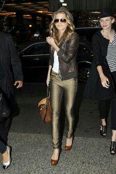 Los pantalones efecto cuero se han convertido en un clásico para tus #outfit. #fashion
