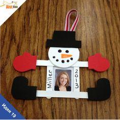 """AistBox: 40 идей зимы: рамочка """"Снеговик""""  Предлагаем вам и вашим деткам смастерить забавную рамочку для памятных фото из палочек для эскимо. Рамочка станет отличным подарком для близких или украсит ваш дом)"""