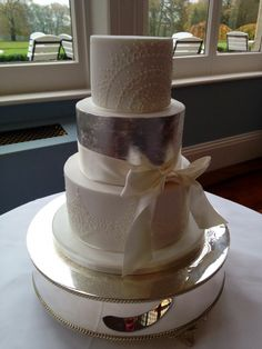 Love the crisp edges of the cake and a different coloured tier