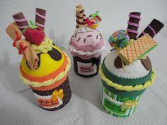 Latinhas decoradas com docinhos em EVA, perfeitas para lembrancinhas de aniversário e para enfeitar a mesa de doces.  Pode ser usada para colocar guloseimas.  Plaquinha com o nome e idade da criança e lacinho de cetim.  Disponível em várias cores.    ****Pedido mínimo: 10 unidades**** Tin Can Crafts, Foam Crafts, Diy And Crafts, Arts And Crafts, Foam Sheets, Felt Food, Ideas Para Fiestas, Pasta Flexible, Easter Treats
