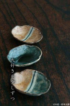豆皿(mame-zara) by Taro Sugimoto Ceramic Soap Dish, Soap Dishes, Navy And Brown, Japanese Pottery, Wabi Sabi, Clay Art, Plates, Sculpture, Wood