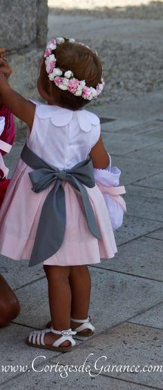 Cortège de mariage rose et gris pour enfants d'honneur: robe col pétale