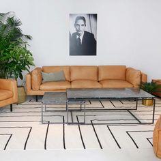 Tapijt met vierkant patroon. Zowel verkrijgbaar in Beige-Blauw als in Beige-Zwart Outdoor Sofa, Outdoor Furniture, Outdoor Decor, New Living Room, Sofas, Modern, Sweet Home, Carpet, Couch