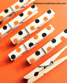 Items similar to Halloween Dot Favor Bag Clips - Wooden Clothespin Clips, Favor Bag Closures, Placecard Holders count) on Etsy Dulceros Halloween, Halloween Arts And Crafts, Halloween Activities, Holidays Halloween, Halloween Decorations, Wooden Clothespin Crafts, 2x4 Crafts, Wooden Clothespins, Clothes Pin Wreath