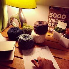#letsgetstarted :: Préparation du prochain projet. Il va être difficile de résister à lappel du pied-de-poule... //// Preparing next project; I feel I wont be able to resist the call of houndstooth...  #earlystage #weaveratwork #weaving #handweaving #amateurweaver #tissage #laine #yarn #yarnaddict #textileaddict #textile #wool #faitmain #diy #i_loveweaving #intweedwetrust
