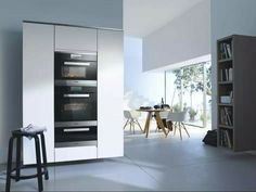 Drie miele apparaten boven elkaar, bordenverwarmer, oven en stoomoven.