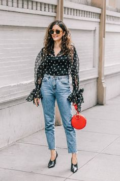25 new ways to wear mom jeans denim // fashion moda, moda es Cute Simple Outfits, Cute Outfits With Jeans, Mom Jeans Outfit, Denim Outfit, Outfits In Weiss, Nye Outfits, Jean Outfits, Sweater Outfits, Spring Outfits