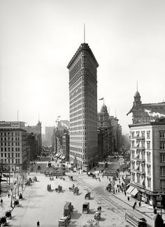 """New York circa """"The Flatiron Building."""" Yet another view of this early skyscraper, from what seems to be the favored vantage. This is the uncropped variant of a Detroit Publishing view seen here last year. Vintage New York, Old Pictures, Old Photos, Amazing Pictures, Edificio Flatiron, Photographie New York, New York City, Photo New York, Shorpy Historical Photos"""