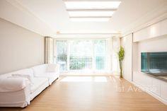 따뜻한 햇살이 있는 다둥이네 인테리어 : 지중해스타일 거실 by 퍼스트애비뉴