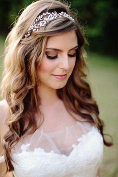 10 peinados para novias con pelolargo | 2. Suelto con complementos - Diadema