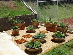 Como fazer uma horta de temperos | Decorando Casas Outdoor Gardens, Planter Pots, Exterior, Landscape, Plants, Jacuzzi, Adora, Vertical, Blossoms
