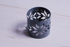 Szary pierścień do serwetek lub chusty wykonany z metalu. Z motywem zimowego wzoru w stylu scandi.