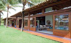 A inspiração é oriental e as técnicas são da arquitetura tropical brasileira. Projetada pela arquiteta Ligia Resstom, a casa de 900 m² tem três módulos com diferentes funções, cercados por um coqueiral em Trancoso, na Bahia